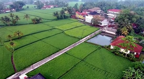Menyejukkan, Suatu Pondok Pesantren di Tasikmalaya divideo dari Drone (Perhatikan Alam Pesawahannya Om)