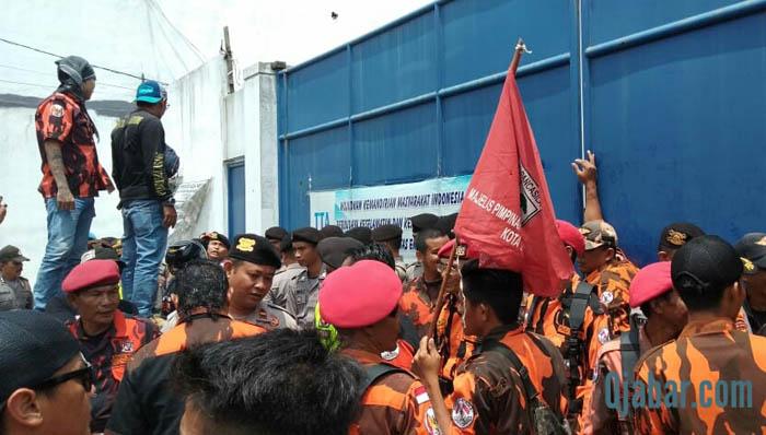 Ratusan Anggota Ormas Pemuda Pancasila Tasik Bantu Para Karyawan yang di PHK Secara Sepihak
